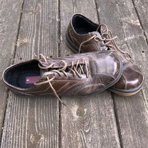 Tommy Hilfiger brown leather athletic shoes